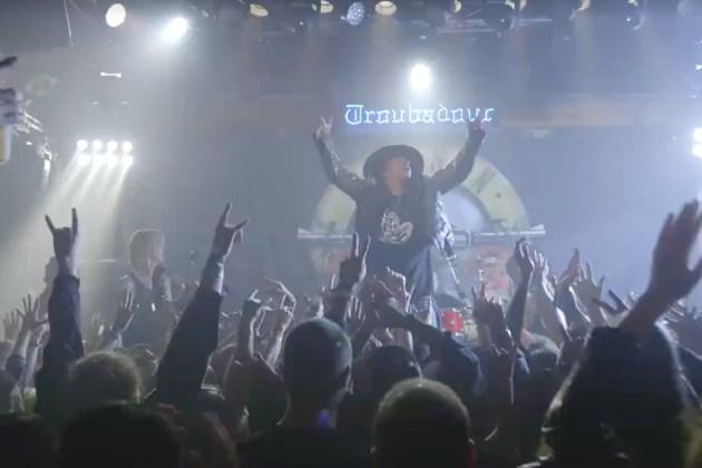 「摇滚客」Guns N'Roses 强势回归舞台,断腿Axl Rose硬借Dave Grohl王位上台