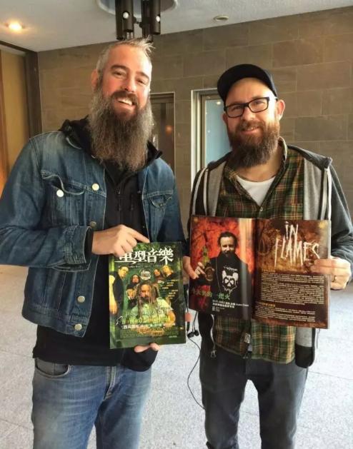 In Flames 乐队手持刊载他们的 《重型音乐》杂志
